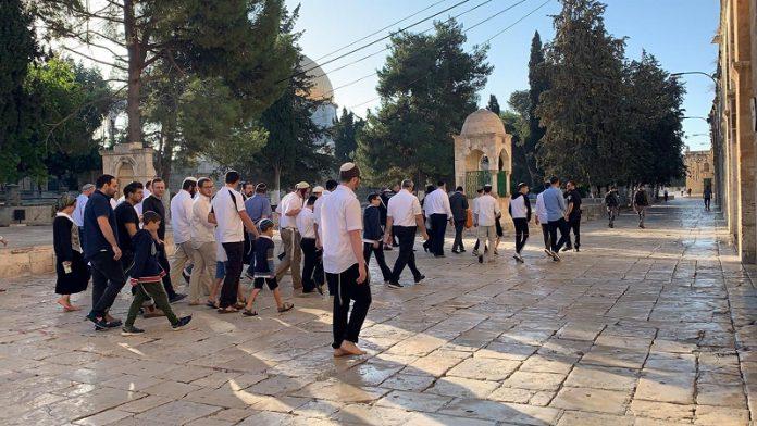 Dozens of settlers, Jewish students storm Al-Aqsa Mosque