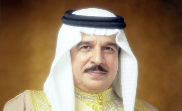 King Hamad receives information minister, praises book on Bahrain's achievements