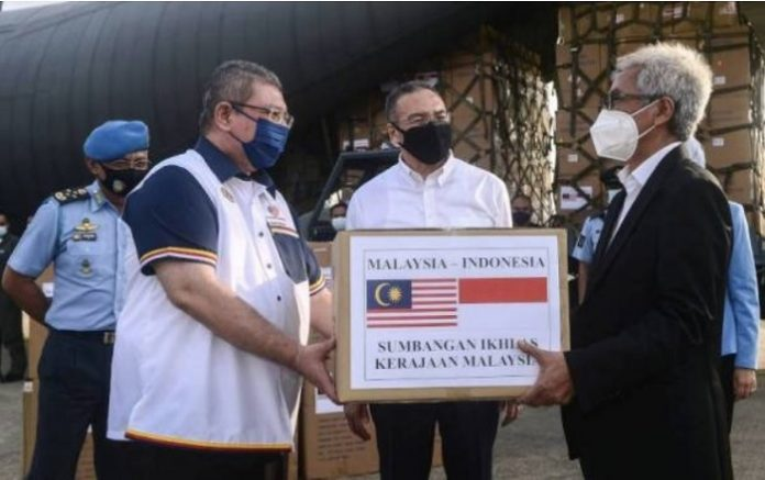 Malaysia hands medical supplies to Indonesia to fight COVID-19